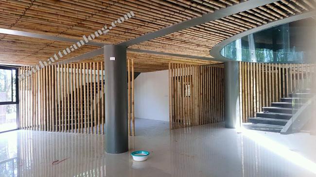 Thi công hạng mục tre trúc tại khu du lịch Hồ Thác Bà do Kiến trúc sư Hoàng Thúc Hào thiết kế .